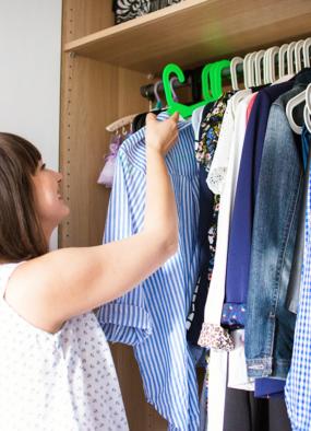 Porządki w szafie – 10 sprytnych sposobów, które pomogą przygotować szafę na jesień