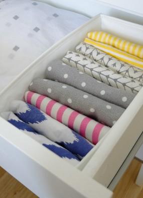 Pionowe przechowywanie w szufladach. Jak składać ubrania, poszewki, ręczniki?